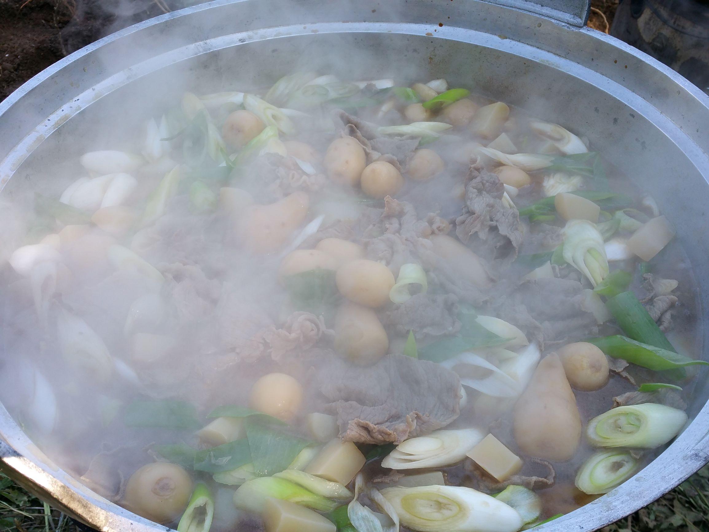 うずまき畑収穫祭で山形のソウルフード芋煮